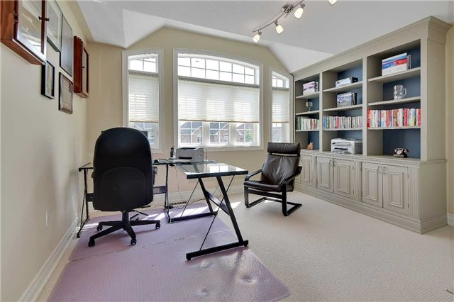 Detached at 722 Peter Hall Dr, Newmarket, Ontario. Image 8