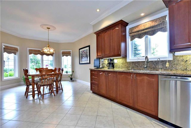 Detached at 22 Sir George, Whitchurch-Stouffville, Ontario. Image 18