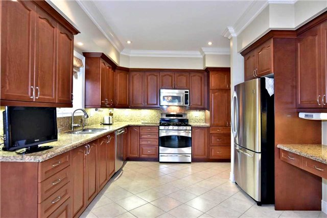 Detached at 22 Sir George, Whitchurch-Stouffville, Ontario. Image 19