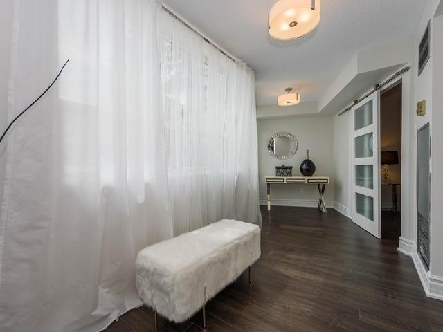 Condo Apartment at 30 Harding Blvd W, Unit 208, Richmond Hill, Ontario. Image 4