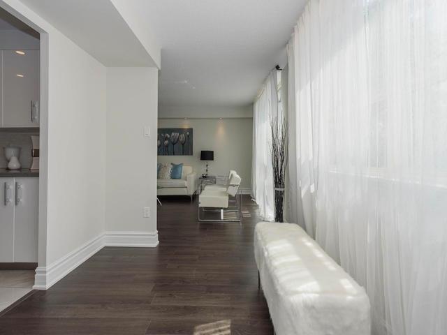 Condo Apartment at 30 Harding Blvd W, Unit 208, Richmond Hill, Ontario. Image 5