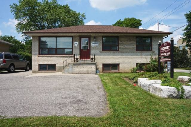 Detached at 206 Major Mackenzie Dr E, Richmond Hill, Ontario. Image 1