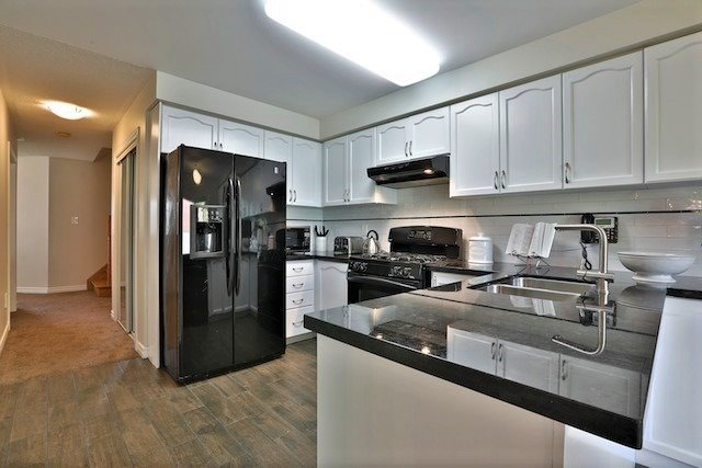 Townhouse at 6 Fife Rd, Aurora, Ontario. Image 2