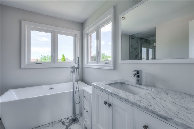 Detached at 28 Fern Valley Cres, Richmond Hill, Ontario. Image 6