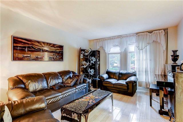 Detached at 70 Pickett Cres, Richmond Hill, Ontario. Image 15