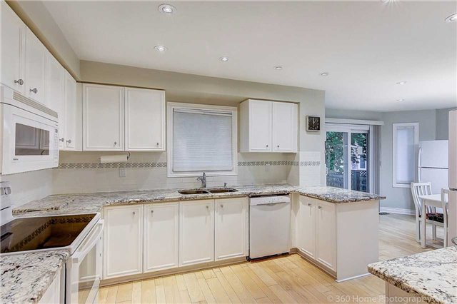 Detached at 70 Pickett Cres, Richmond Hill, Ontario. Image 2