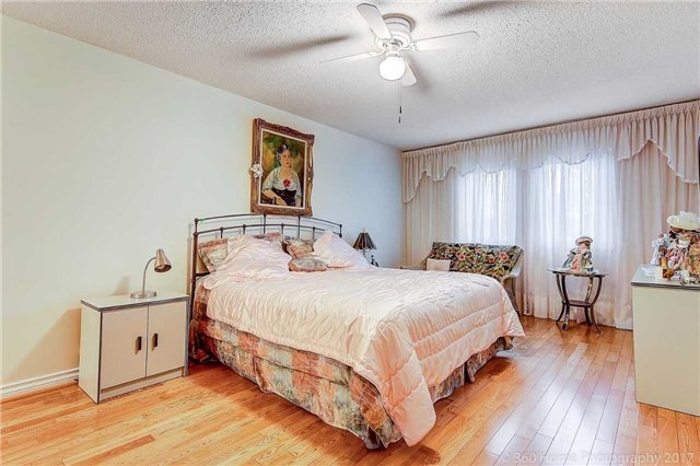 Detached at 70 Pickett Cres, Richmond Hill, Ontario. Image 8