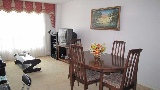 Detached at 2 Bluesky Cres, Richmond Hill, Ontario. Image 12