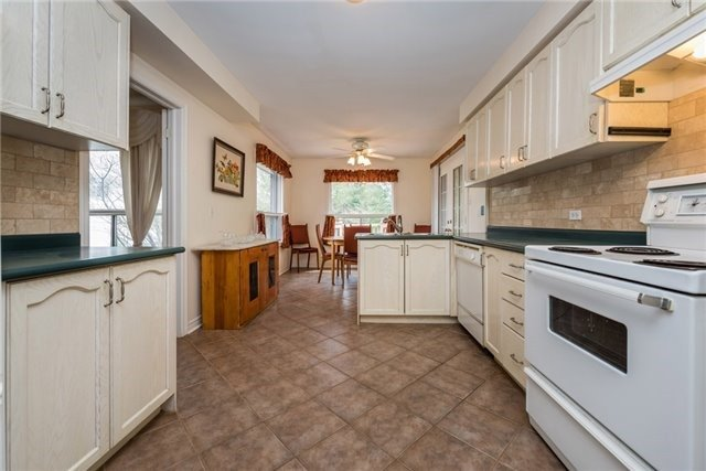 Detached at 2155 Raynor Crt, Innisfil, Ontario. Image 3