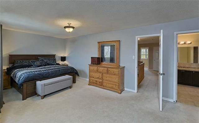 Detached at 782 Firth Crt, Newmarket, Ontario. Image 2