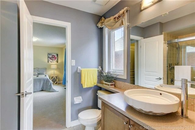 Detached at 7 Lake Woods St, Richmond Hill, Ontario. Image 3