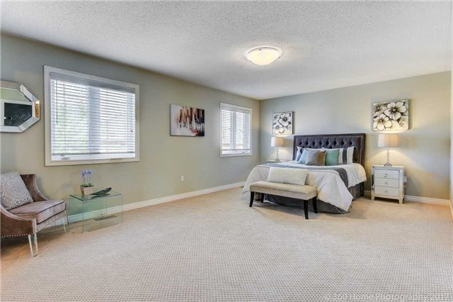 Detached at 7 Lake Woods St, Richmond Hill, Ontario. Image 4