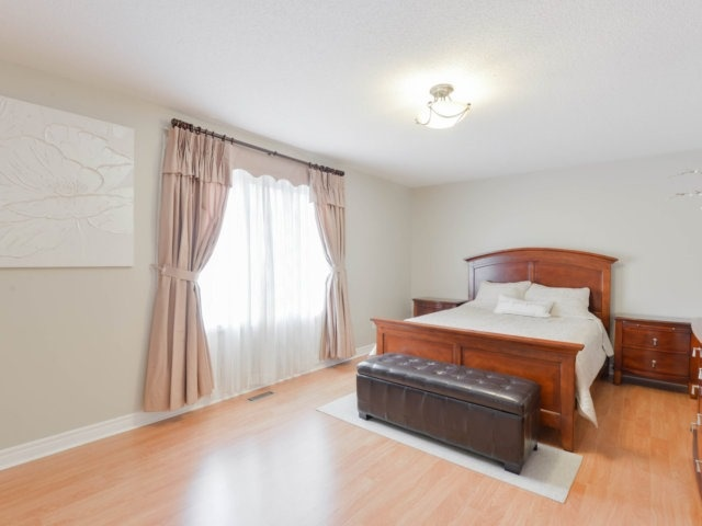 Detached at 64 Saint Victor Dr, Vaughan, Ontario. Image 4