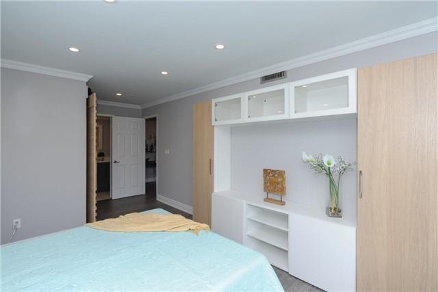 Condo Apartment at 33 Weldrick Rd E, Unit 302, Richmond Hill, Ontario. Image 6
