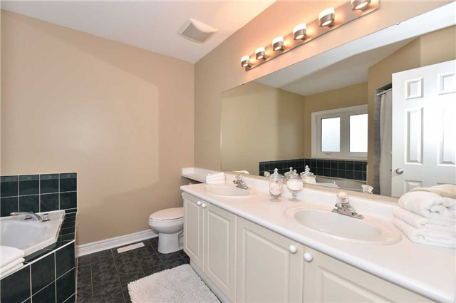 Detached at 202 Sylwood Cres, Vaughan, Ontario. Image 2