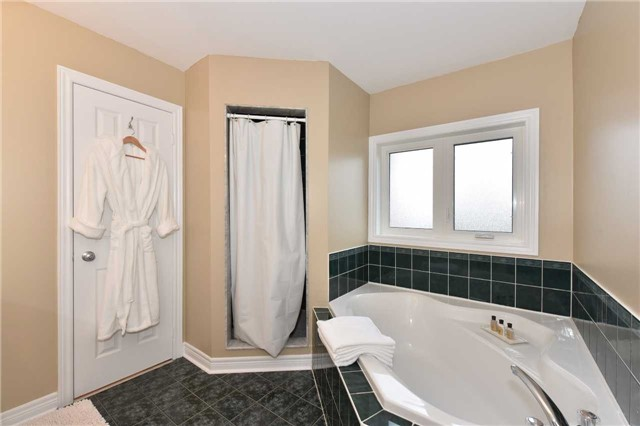Detached at 202 Sylwood Cres, Vaughan, Ontario. Image 3