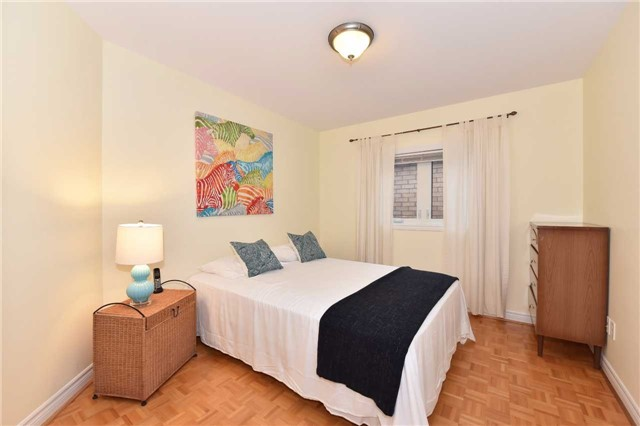 Detached at 202 Sylwood Cres, Vaughan, Ontario. Image 4