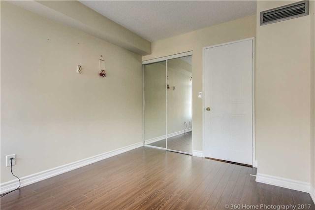 Condo Apartment at 33 Weldrick Rd E, Unit 412, Richmond Hill, Ontario. Image 4