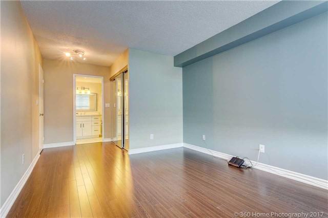 Condo Apartment at 33 Weldrick Rd E, Unit 412, Richmond Hill, Ontario. Image 5