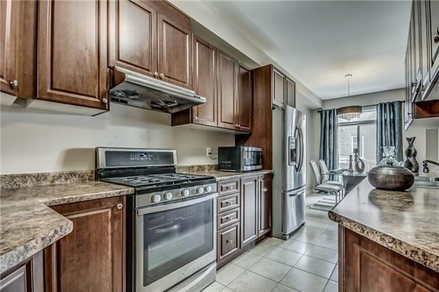 Townhouse at 32 Walter Sinclair Crt, Richmond Hill, Ontario. Image 2