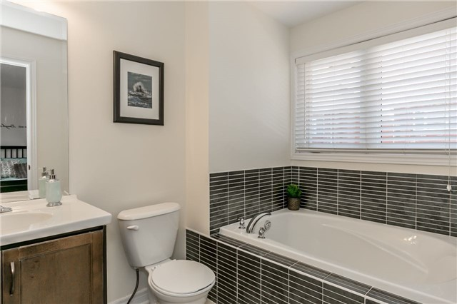 Townhouse at 14 Rogers Tr, Bradford West Gwillimbury, Ontario. Image 6