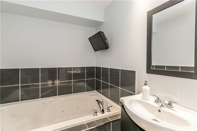 Townhouse at 14 Rogers Tr, Bradford West Gwillimbury, Ontario. Image 11
