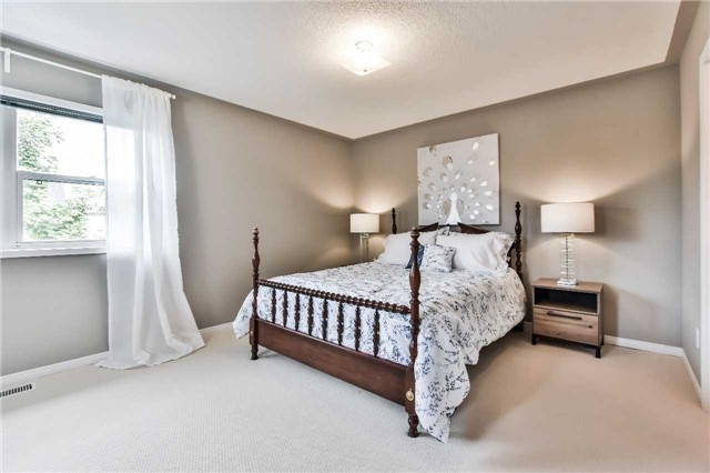 Semi-detached at 46 Woodroof Cres, Aurora, Ontario. Image 2