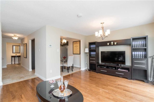 Semi-detached at 262 Aberdeen Ave, Vaughan, Ontario. Image 8