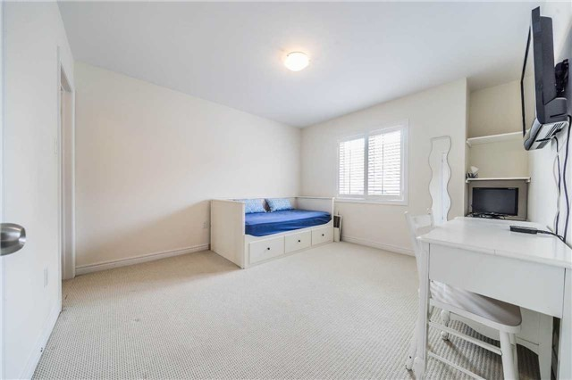 Detached at 26 Morganfield Crt, Richmond Hill, Ontario. Image 4