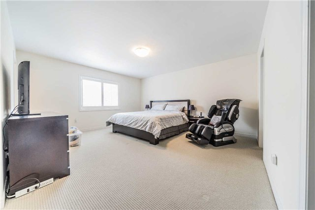 Detached at 26 Morganfield Crt, Richmond Hill, Ontario. Image 6