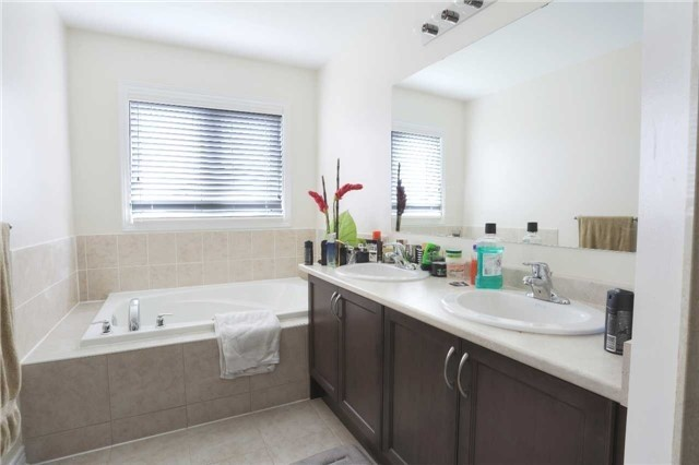 Link at 14 Collin Crt, Richmond Hill, Ontario. Image 6