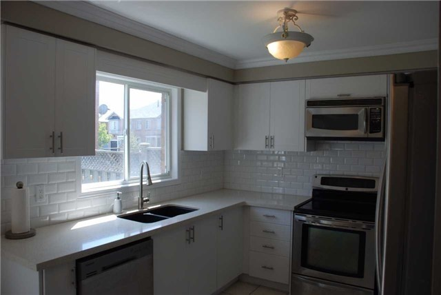 Townhouse at 3 Grasslands Ave, Richmond Hill, Ontario. Image 3