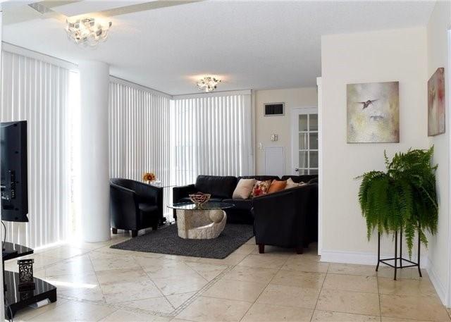 Condo Apartment at 30 Harding Blvd W, Unit 807, Richmond Hill, Ontario. Image 16