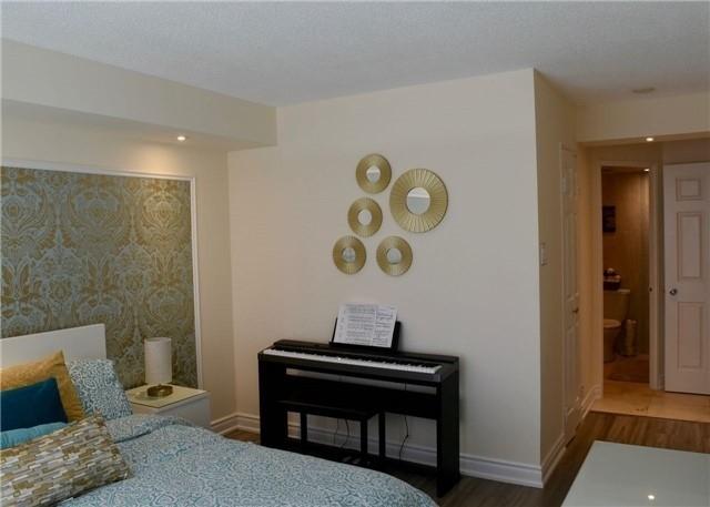 Condo Apartment at 30 Harding Blvd W, Unit 807, Richmond Hill, Ontario. Image 3