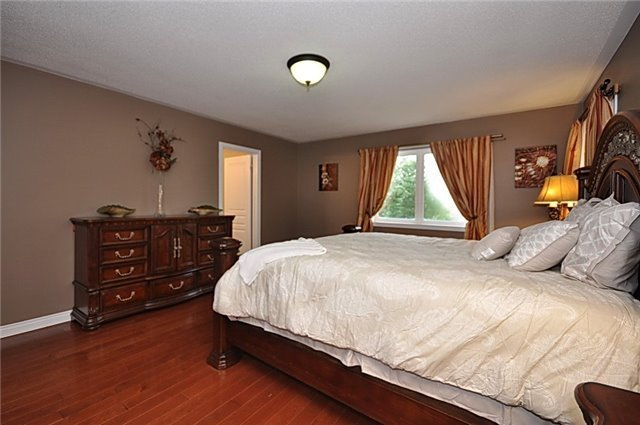 Detached at 152 Colesbrook Rd, Richmond Hill, Ontario. Image 3
