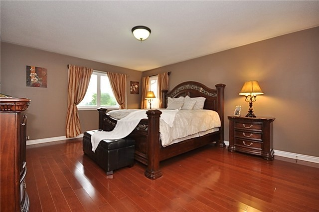 Detached at 152 Colesbrook Rd, Richmond Hill, Ontario. Image 4