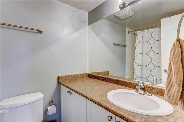 Condo Apartment at 260 Davis Dr, Unit 403, Newmarket, Ontario. Image 2