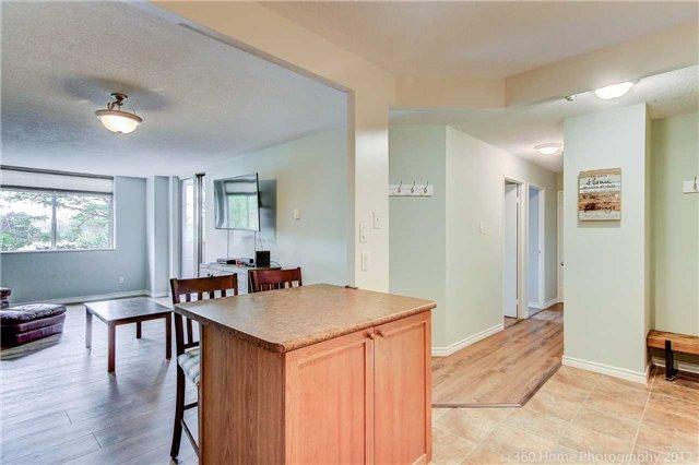 Condo Apartment at 260 Davis Dr, Unit 403, Newmarket, Ontario. Image 5