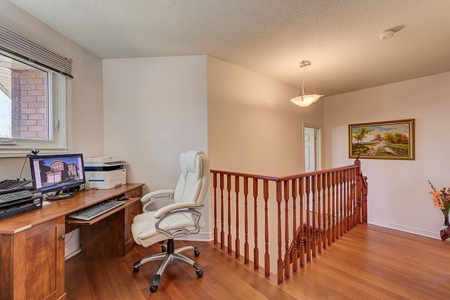 Detached at 34 Mandel Cres, Richmond Hill, Ontario. Image 6