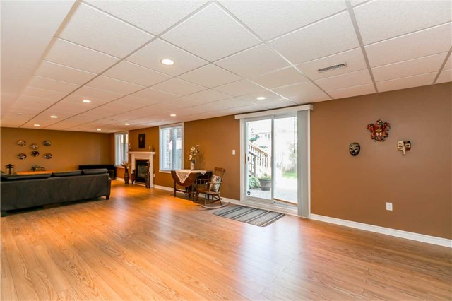 Detached at 15 Pace Cres, Bradford West Gwillimbury, Ontario. Image 2