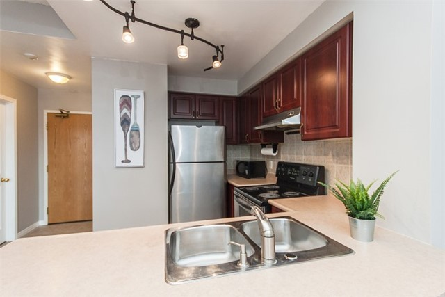 Condo Apartment at 1 Maison Parc Crt, Unit 303, Vaughan, Ontario. Image 13