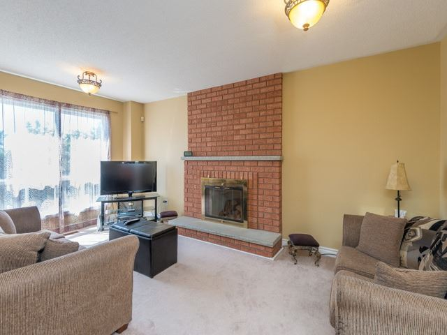 Detached at 3 Brookwood Dr, Richmond Hill, Ontario. Image 2