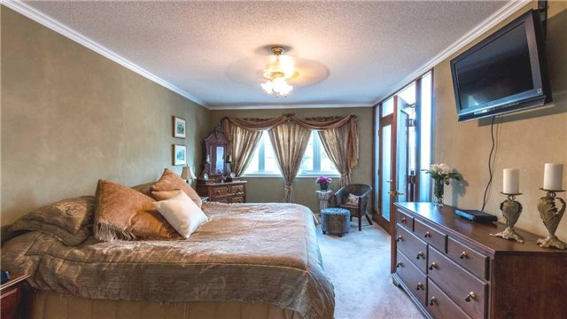 Detached at 558 Lyman Blvd, Newmarket, Ontario. Image 2