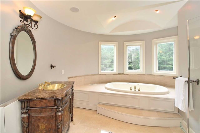 Detached at 19 Wolf Run Crt, Whitchurch-Stouffville, Ontario. Image 4