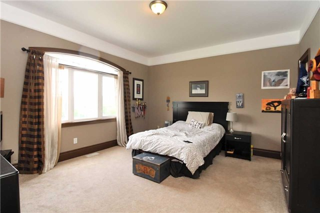 Detached at 19 Wolf Run Crt, Whitchurch-Stouffville, Ontario. Image 7
