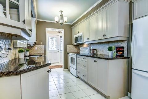 Detached at 879 Sparrow Rd, Newmarket, Ontario. Image 17