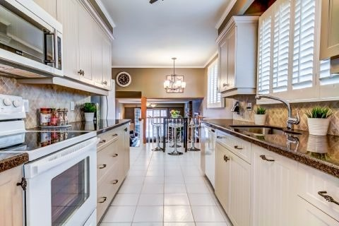 Detached at 879 Sparrow Rd, Newmarket, Ontario. Image 18