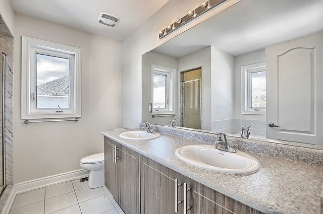 Detached at 32 Festival Crt, East Gwillimbury, Ontario. Image 6