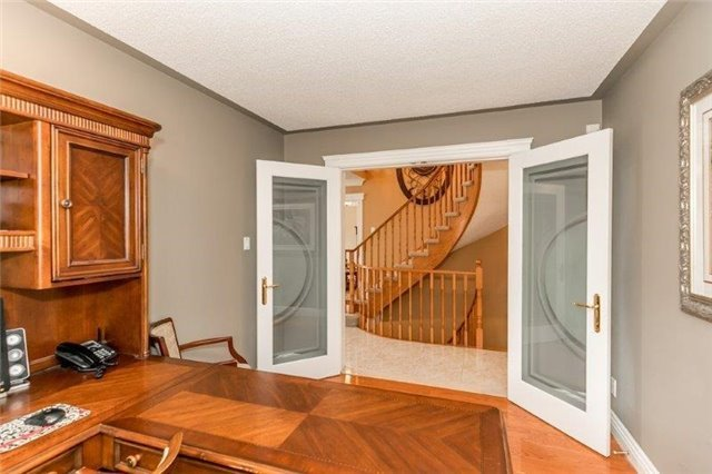 Detached at 377 Amberlee Crt, Newmarket, Ontario. Image 3