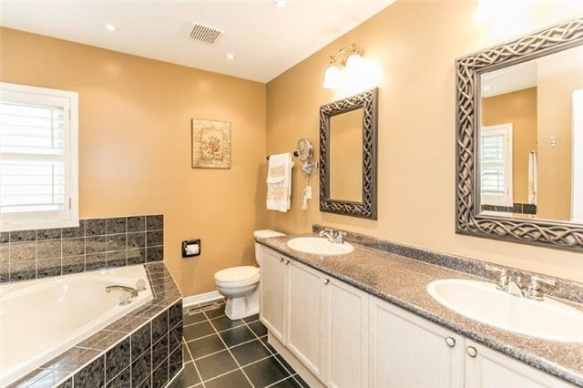 Detached at 377 Amberlee Crt, Newmarket, Ontario. Image 5